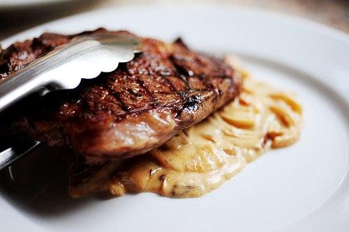 готовый стейк вместе с соусом